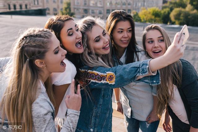 社交的数量会影响幸福吗?研究表明多和别人在一起能让你更快乐